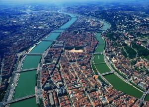 Vue arŽrienne du Rh™ne dans sa traversŽe de Lyon ... Le Rh™ne c'est celui qui est ˆ gauche de la photo